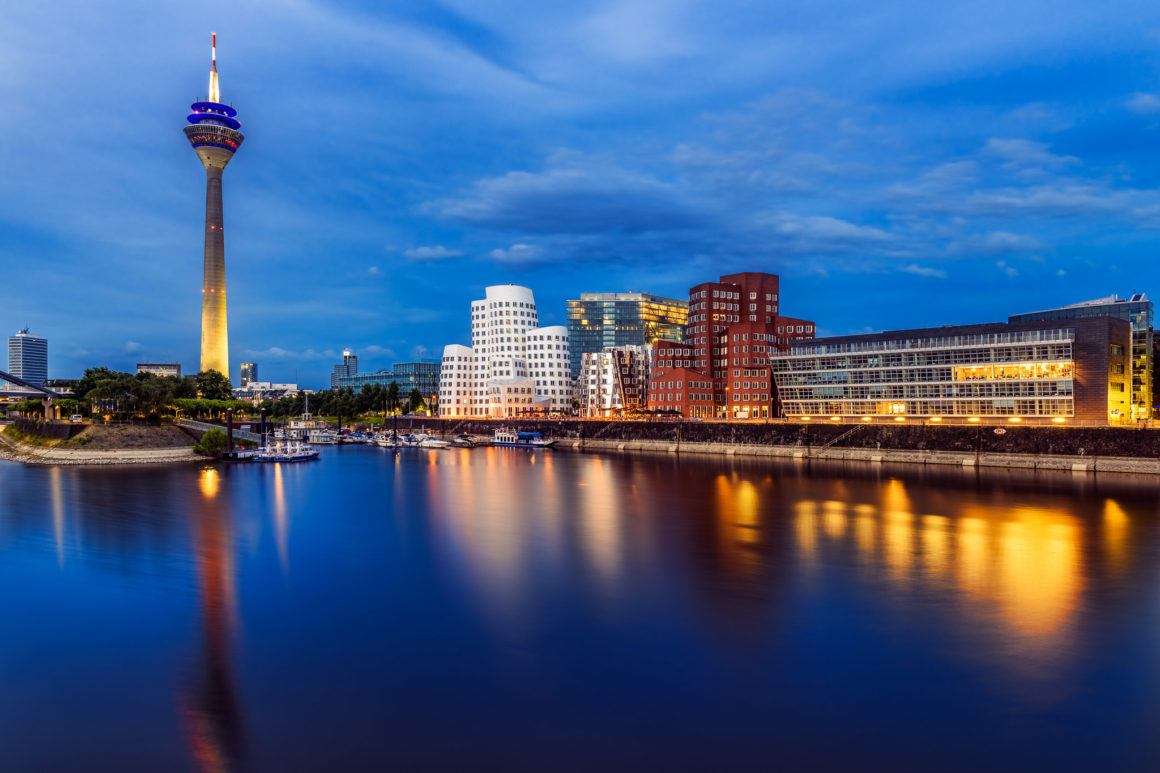 Düsseldorf bei Nacht – Medienhafen und Rheinturm