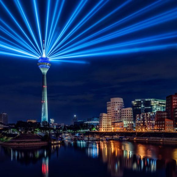 Düsseldorf bei Nacht – Rheinkomet