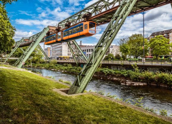 Wuppertaler Schwebebahn GTW-72 am Beer-Sheva-Ufer