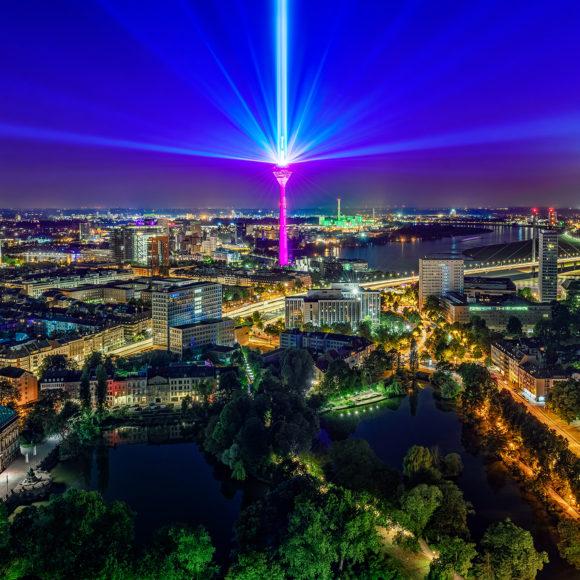 Telekom 5G Lichtinstallation auf dem Düsseldorfer Rheinturm